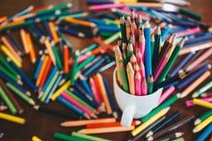 Σωρός των χρωματισμένων μολυβιών σε ένα γυαλί Στοκ Εικόνα