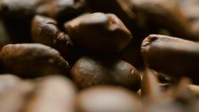 Σωρός των ψημένων φασολιών καφέ στον ελαφρύ ξύλινο πίνακα Ρηχός μακρο παν πυροβολισμός εστίασης φιλμ μικρού μήκους