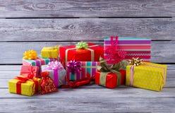 Σωρός των όμορφων δώρων Χριστουγέννων στο γκρίζο ξύλινο υπόβαθρο Στοκ Εικόνες
