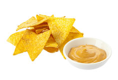 Σωρός των nachos και του κύπελλου με το salsa Στοκ Φωτογραφίες