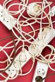 Σωρός χάους καλωδίων από τα πολλαπλάσια ηλεκτρικά σκοινιά επέκτασης καλωδίων Στοκ Εικόνες
