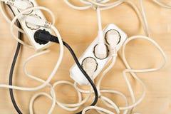 Σωρός χάους καλωδίων από τα πολλαπλάσια ηλεκτρικά σκοινιά επέκτασης καλωδίων στοκ φωτογραφίες με δικαίωμα ελεύθερης χρήσης