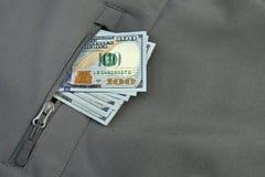 Σωρός χρημάτων που κολλιέται από τη στρατιωτική χακί τσέπη παλτών στοκ εικόνα