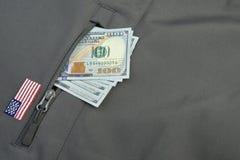 Σωρός χρημάτων που κολλιέται από τη στρατιωτική χακί τσέπη παλτών στοκ φωτογραφίες με δικαίωμα ελεύθερης χρήσης