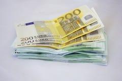 Σωρός χρημάτων στο λευκό ευρώ Στοκ φωτογραφία με δικαίωμα ελεύθερης χρήσης
