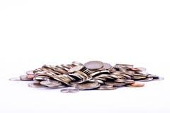 Σωρός χρημάτων των νομισμάτων λουτρών στην άσπρη επιχείρηση χρηματοδότησης υποβάθρου που απομονώνεται στοκ φωτογραφίες