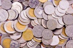 Σωρός χρημάτων των νομισμάτων λουτρών στην άσπρη επιχείρηση χρηματοδότησης υποβάθρου που απομονώνεται στοκ φωτογραφίες με δικαίωμα ελεύθερης χρήσης
