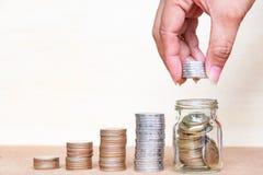 σωρός χρημάτων χεριών έννοιας νομισμάτων που προστατεύει την αποταμίευση Νομίσματα σωρών λαβής δάχτυλων στο μπουκάλι arrang Στοκ εικόνες με δικαίωμα ελεύθερης χρήσης