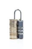 σωρός χρημάτων χεριών έννοιας νομισμάτων που προστατεύει την αποταμίευση Στοκ φωτογραφίες με δικαίωμα ελεύθερης χρήσης