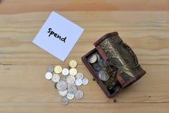 σωρός χρημάτων χεριών έννοιας νομισμάτων που προστατεύει την αποταμίευση Στοκ Εικόνα