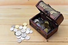 σωρός χρημάτων χεριών έννοιας νομισμάτων που προστατεύει την αποταμίευση Στοκ φωτογραφία με δικαίωμα ελεύθερης χρήσης