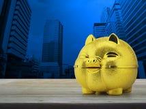 σωρός χρημάτων χεριών έννοιας νομισμάτων που προστατεύει την αποταμίευση Στοκ Φωτογραφίες