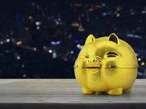 σωρός χρημάτων χεριών έννοιας νομισμάτων που προστατεύει την αποταμίευση Στοκ Φωτογραφία