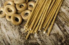 Σωρός bagels και των γλυκών ραβδιών στο καφετί υπόβαθρο Στοκ εικόνες με δικαίωμα ελεύθερης χρήσης