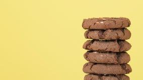 Σωρός oatmeal των μπισκότων με το κακάο, τη σοκολάτα και την περιστροφή φουντουκιών φιλμ μικρού μήκους