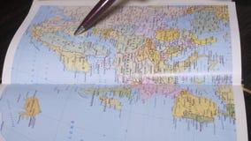 Σωστή ανθρώπινη αναζήτηση Ισπανία, Γερμανία χεριών στο χάρτη γεωγραφίας εγγράφου από μια μάνδρα κλείστε επάνω απόθεμα βίντεο