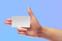 Σωστό θηλυκό χεριών πρότυπο καρτών λαβής κενό άσπρο Δώρο Χριστουγέννων SIM Κάρτα καταστημάτων πίστης Πλαστικό εισιτήριο μεταφορών Στοκ Εικόνες