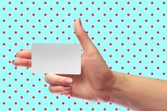 Σωστό θηλυκό χεριών πρότυπο καρτών λαβής κενό άσπρο Δώρο Χριστουγέννων SIM Κάρτα καταστημάτων πίστης Πλαστικό εισιτήριο μεταφορών Στοκ φωτογραφία με δικαίωμα ελεύθερης χρήσης