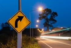 Σωστό σημάδι οδών στροφής και κινούμενος φωτισμός αυτοκινήτων στοκ φωτογραφία με δικαίωμα ελεύθερης χρήσης