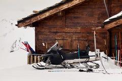 Σωτήρες οχήματος για το χιόνι στα βουνά Στοκ Φωτογραφίες