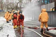 Σωτήρες στα κοστούμια καψών σε μια ζώνη μόλυνσης στοκ φωτογραφία με δικαίωμα ελεύθερης χρήσης