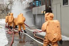 Σωτήρες στα κοστούμια καψών σε μια ζώνη μόλυνσης στοκ φωτογραφία
