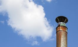 Σωλήνας μετάλλων ενάντια στον ουρανό Στοκ Εικόνες