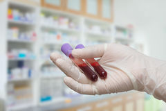 Σωλήνας δοκιμής εκμετάλλευσης χεριών με το δείγμα αίματος Στοκ Εικόνες