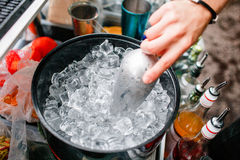 Σωλήνας πάγου στον κάδο Κόμμα Coctail στοκ φωτογραφίες με δικαίωμα ελεύθερης χρήσης