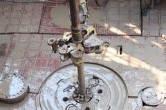 Σωλήνας τρυπανιών και εγκατάσταση γεώτρησης tong στο πάτωμα εγκαταστάσεων γεώτρησης αποτελώντας Στοκ εικόνες με δικαίωμα ελεύθερης χρήσης
