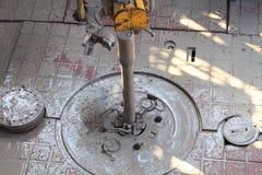 Σωλήνας τρυπανιών και τοπ Drive στο πάτωμα εγκαταστάσεων γεώτρησης αποτελώντας Στοκ Εικόνα