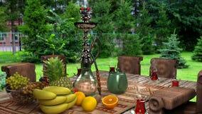 Σωλήνας Shisha που καπνίζεται με τα φρούτα στοκ εικόνες
