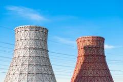 Σωλήνες εργοστασίων ενάντια στον ουρανό χωρίς καπνό με τα καλώδια Στοκ Φωτογραφίες