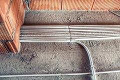 Σωλήνες και σύστημα θέρμανσης στο εργοτάξιο οικοδομής σπιτιών σύστημα θέρμανσης πατωμάτων, ο συλλέκτης στοκ φωτογραφίες με δικαίωμα ελεύθερης χρήσης