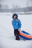 Σωλήνωση εκμετάλλευσης αγοριών, που στέκεται στο χιόνι Στοκ Εικόνα