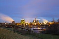 Σωλήνωση και βιομηχανία τη νύχτα Στοκ φωτογραφίες με δικαίωμα ελεύθερης χρήσης