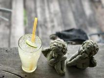 Σόδα και cupid γλυπτό χυμού λεμονιών Στοκ φωτογραφία με δικαίωμα ελεύθερης χρήσης