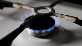 Σόμπα αερίου κουζινών με το κάψιμο του μπλε φυσικού αερίου απόθεμα βίντεο