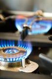 Σόμπα αερίου με δύο καίγοντας μπλε φλόγες Στοκ Εικόνες