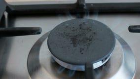 Σόμπα αερίου στην εγχώρια κουζίνα φιλμ μικρού μήκους