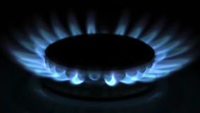 Σόμπα αερίου στο σκοτάδι απόθεμα βίντεο