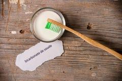 Σόδα ψησίματος δίπλα σε μια οδοντόβουρτσα Στοκ Φωτογραφία