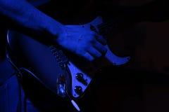 Σόλο κιθάρα σε ένα μπλε φως Στοκ φωτογραφία με δικαίωμα ελεύθερης χρήσης