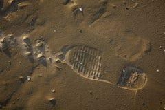Σόλο τυπωμένη ύλη παπουτσιών στην άμμο Στοκ εικόνα με δικαίωμα ελεύθερης χρήσης