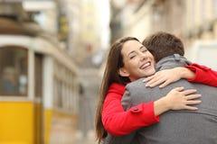 Σύγκρουση ενός αγκαλιάσματος ζευγών ερωτευμένου Στοκ φωτογραφίες με δικαίωμα ελεύθερης χρήσης