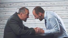 Σύγκρουση επιχειρησιακού θυμού Δύο επιχειρηματίες εξετάζουν σκληρά ο ένας τον άλλον φιλμ μικρού μήκους