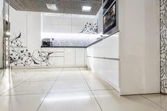 Σύγχρονα άσπρα έπιπλα κουζινών Χρωματισμένη μπροστινή επιφάνεια Το υλικό που χρησιμοποιείται στην κατασκευή - MDF στοκ φωτογραφία