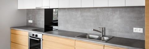 Σύγχρονα έπιπλα κουζινών με την επαγωγή, πανόραμα στοκ εικόνες με δικαίωμα ελεύθερης χρήσης