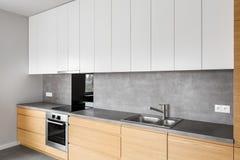 Σύγχρονα έπιπλα κουζινών με την επαγωγή στοκ φωτογραφίες με δικαίωμα ελεύθερης χρήσης