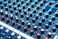Σύγχρονα ακουστικά κουμπιά αναμικτών μουσικής Στοκ Φωτογραφίες